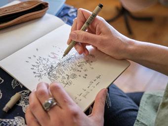 Pauline dessine sur son carnet